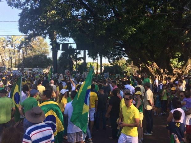 DOURADOS (MS) - manifestantes fazem ato contra governo Dilma e corrupção (Foto: Camilla Jovê/TV Morena)