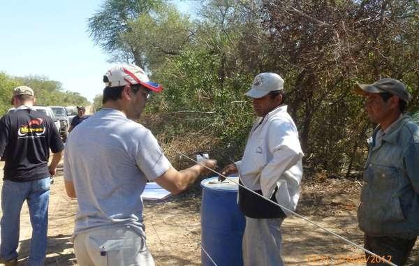 Los trabajadores de Carlos Casado S.A. son interrogados por los investigadores gubernamentales.