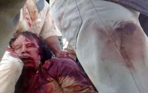 Capture d'écran d'une vidéo d'un membre du CNT, montrant M. Kadhafi mort (AFP PHOTO)