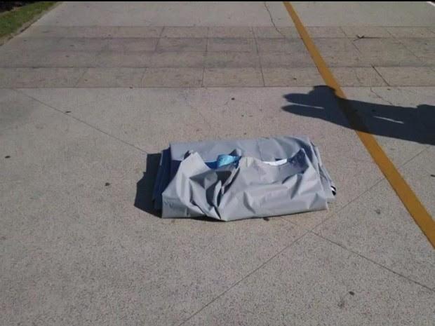 Lona de 'outdoor roubada é encontrada em Vitória, no ES (Foto: Reprodução/ Tv Gazeta)