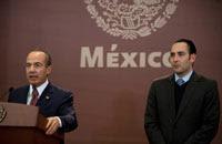 """Felipe Calderón y  Roberto Gil Zuarth. """"Yo quiero algún día ser como usted, señor  Presidente"""". Foto: Germán Canseco"""
