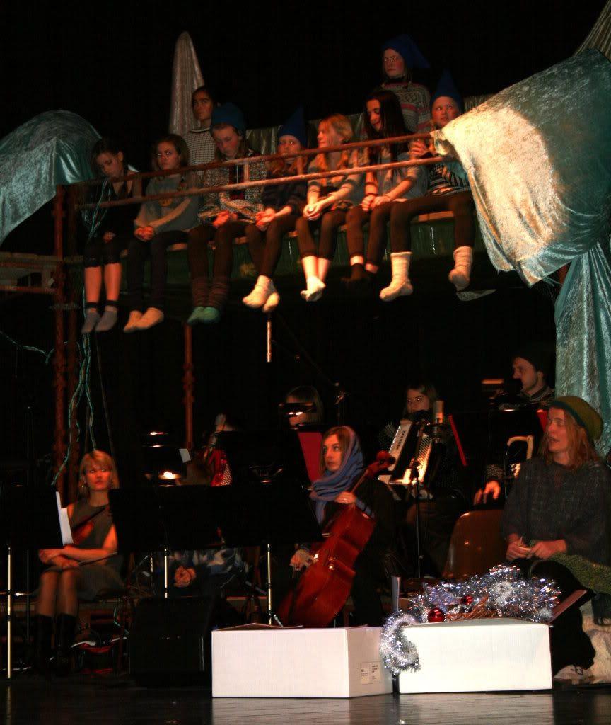 Litt mer av orkesteret nede og de litt eldre dansende kystnissene øverst