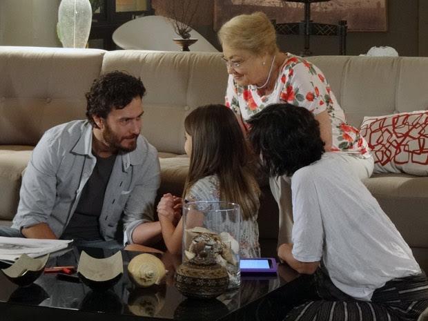 Clara fica radiante ao lembrar o nome certo da cidade de Rodrigo (Foto: Amor Eterno Amor / TV Globo)