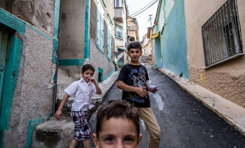 Niños kurdos jugando en la parte alta de Basmane.