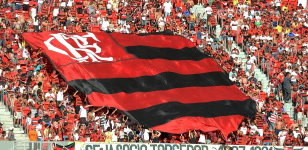 A torcida do Flamengo faz a festa no Mané Garrincha: novo recorde de público