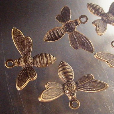 s21567 Vintaj -  Busy Bee Charm - Natural Brass (1)