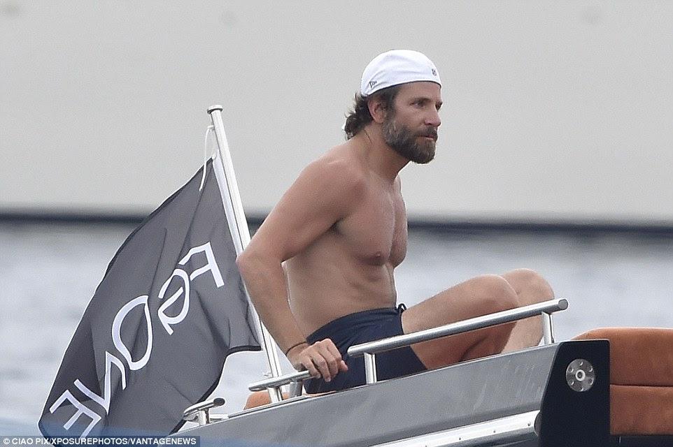 Pronto para um mergulho?  Bradley colocar uma touca de natação quando se preparava para um mergulho
