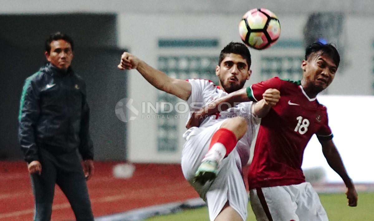 Muhammad Hargianto (kanan) tenagh adu bodi dengan pemain Suriah U-23. Herry Ibrahim/INDOSPORT Copyright: Herry Ibrahim/INDOSPORT