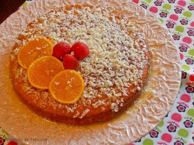 Bolo de laranja e iogurte com calda de chocolate branco