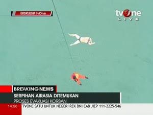 Equipe de resgate desce ao mar para recuperar corpo de vítima da queda do avião da AirAsia (Foto: TV ONE via Reuters TV/Reuters)