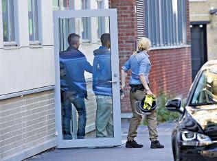 <p>PÅGREPET: Her blir en mann i slutten av 20-årene ført ut av sivilkledd politi fra en bygård på Grünerløkka i Oslo under den storstilte politiaksjonen.<br/></p>