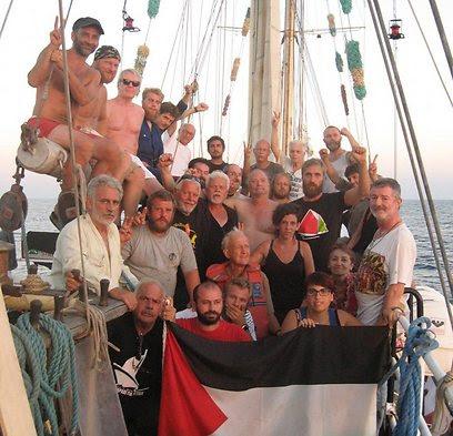 הפעילים הפרו פלסטיניים על סיפון הספינה, לפני הפשיטה (צילום: EPA)