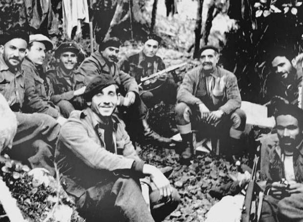 Ο Γεώργιος Γρίβας με αγωνιστές της ΕΟΚΑ
