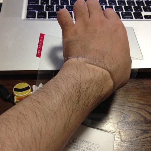 手首を入れてサイズをチェックするのです。