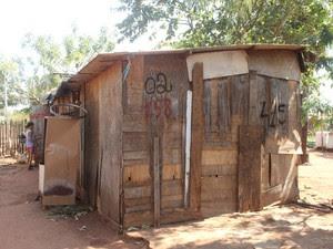Casa de madeira e lona, onde mora família (Foto: Gabriela Pavão/ G1 MS)