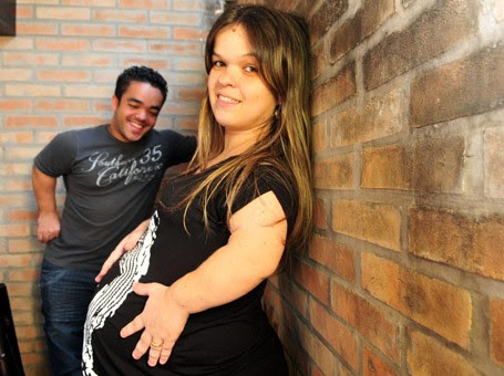 Fabíola tem 21 anos e mede 1,20m. Fernando tem 28 anos e mede 1,35m