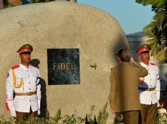 El General de Ejército Raúl Castro rindió honores a Fidel al pie del mausoleo que guarda los restos del Comandante en Jefe, en el Cementerio de Santa Ifigenia. Foto: Marcelino Vázquez Hernández/ ACN