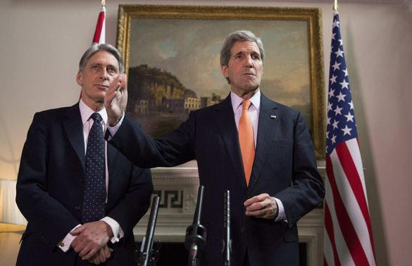 Britain's Foreign Secretary Phillip Hammond and U.S. Secretary of State John Kerry (R) deliver a statement at a press conference in London, February 21, 2015. REUTERS-Neil Hall