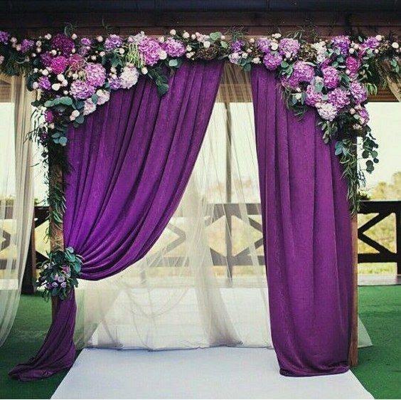 eine Hochzeit Bogen mit lila Vorhängen, Hortensien und grün