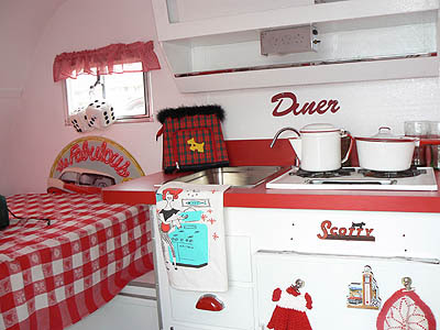 intérieur de la caravane rouge.jpg