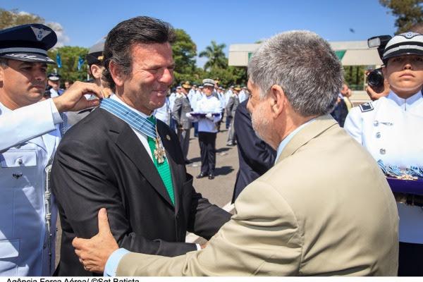 Ministro do STF, Luiz Fux, recebendo a medalha das mãos do Ministro Celso Amorim  Sargento Batista/Agência Força Aérea