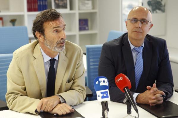 Joaquín Muller (Iz) y el presidente de  la AEMET, Ángel López, durante la firma del acuerdo. Foto: © Efe/Chema Moya