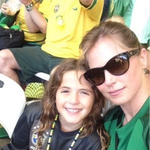 Susana Werner e a filha Giulia no jogo do Brasil