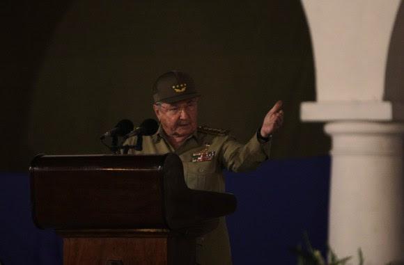 Raúl Castro interviene en el Acto Central por el 55 Aniversario de la Revolución Cubana en el Parque Céspedes, de Santiago de Cuba, el 1 de enero de 2014. Foto: Ismael Francisco/ Cubadebate.