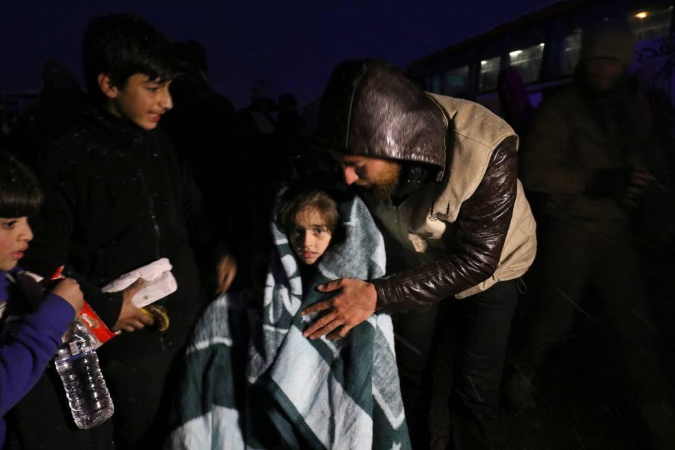 Evacuados de la zona rebelde de Alepo, este miércoles