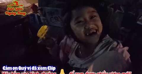 Bà lão tắm rửa cho bé gái ngủ trên xe ve chai không thích ai hỏi thăm!