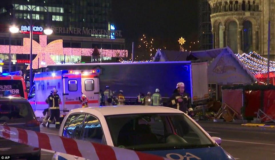O veículo acelerou através de uma multidão de compradores no mercado do Natal em Breitscheidplatz Square, perto da avenida Kurfuerstendamm em Berlim Ocidental