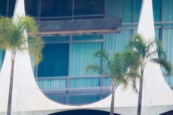 Telas de proteção na varanda do Palácio da Alvorada (Foto: Sérgio Lima/PODER 360).
