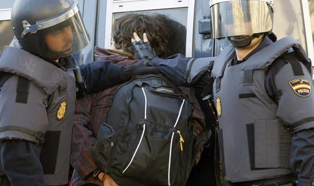 Agentes de las UIP detienen a un estudiante durante una protesta en defensa de la Educación Pública.
