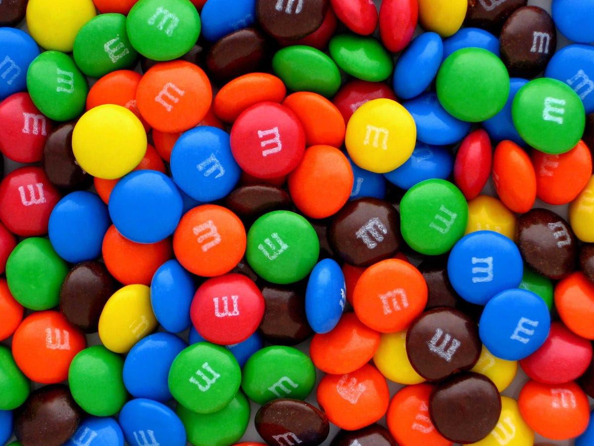 Marte inventó la receta de M & Ms durante la Guerra Civil española, cuando Forrest Mars Sr. vio soldados comiendo trozos de chocolate cubiertas de una capa de caramelo, que les impidió la fusión en el sol. Estaba de visita en la retaguardia con un miembro de la familia Rowntree, que pasó a hacer Smarties - un dulce muy similar a M & Ms - se venden fuera de los EE.UU..