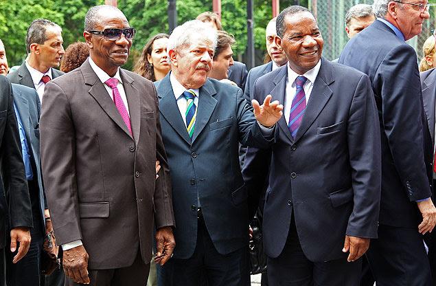Lula falou brevemente com a imprensa ao deixar uma conferência sobre igualdade racial da Faculdade Zumbi dos Palmares