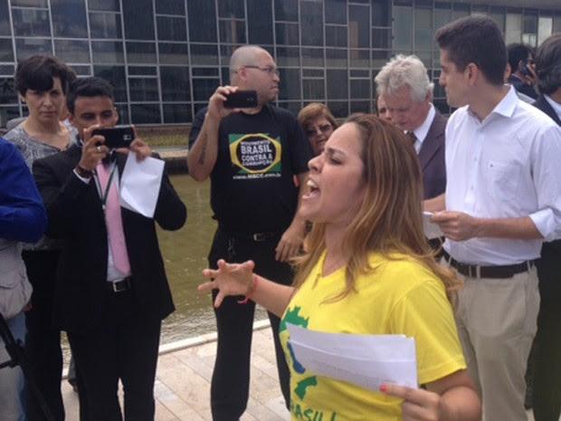 Integrante do movimento Vem pra Rua lê carta de reivindicação na rampa de um dos anexos do Congresso Nacional (Foto: Nathalia Passarinho/G1)