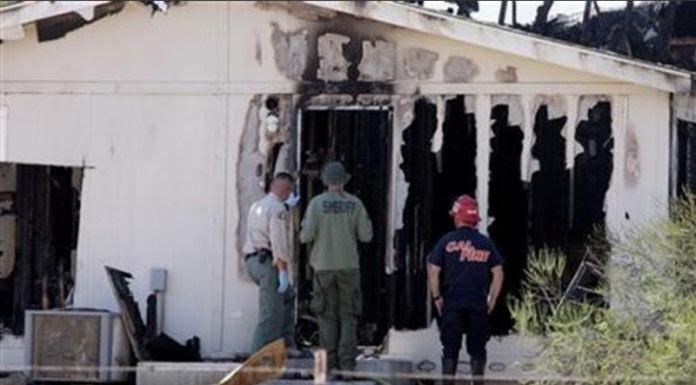 Cảnh sát kiểm tra căn nhà bị cháy. (Hình: Frank Bellino/The Press-Enterprise via AP)
