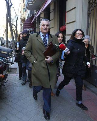 Luis Bárcenas saliendo de su casa esta semana/EFE