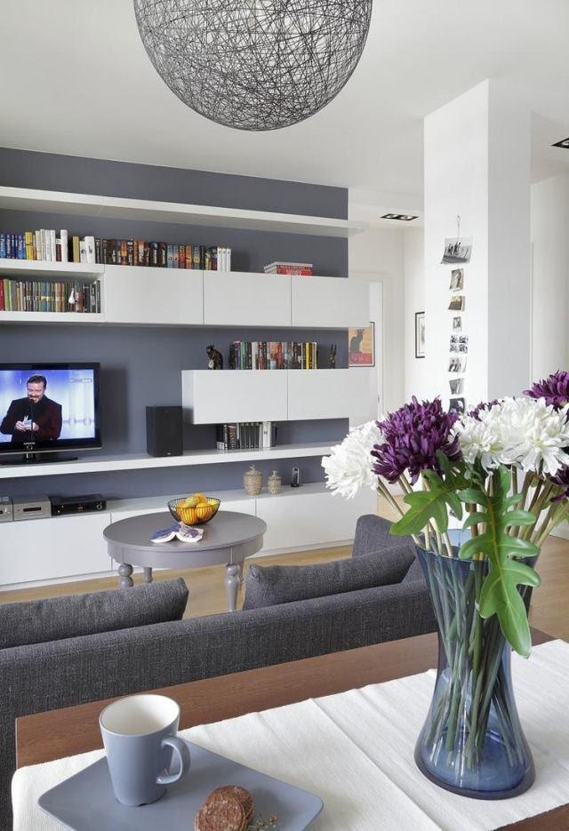 steingraue Wandfarbe und weiße Möbel