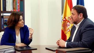 Sáenz de Santamaría i Junqueras, durant la reunió d'aquest dijous (EFE)