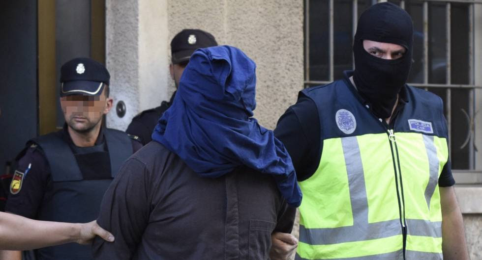 Police officers detain one of the suspects in Inca (Mallorca) on Wednesday.