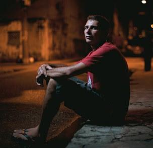 DE VOLTA O pistoleiro Rayfran das Neves em Belém. Ele trabalha num órgão público, anda sozinho pela cidade e namora quando sobra um tempo. À noite, dorme na prisão  (Foto: Filipe Redondo/ÉPOCA)
