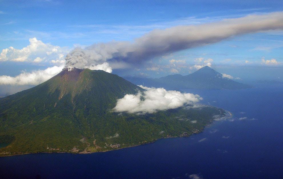 Η έκρηξη του ηφαιστείου στο νησί Ternate  της Ινδονησίας.