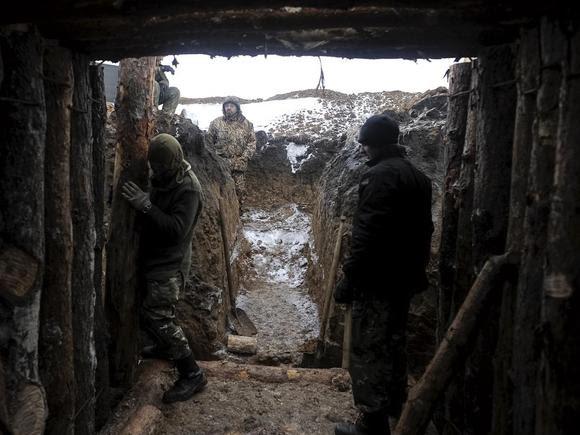 Ukrainian servicemen construct a blindage at their position near Lysychansk, in Luhansk region January 29, 2015.   REUTERS/Maksim Levin