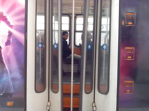Apertura delle porte del tram by Ylbert Durishti