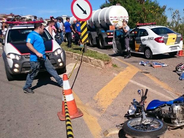 Motociclista morre após perder controle do veículo e bater em carreta em Bragança Paulista (Foto: Lucas Rangel/TV Vanguarda)