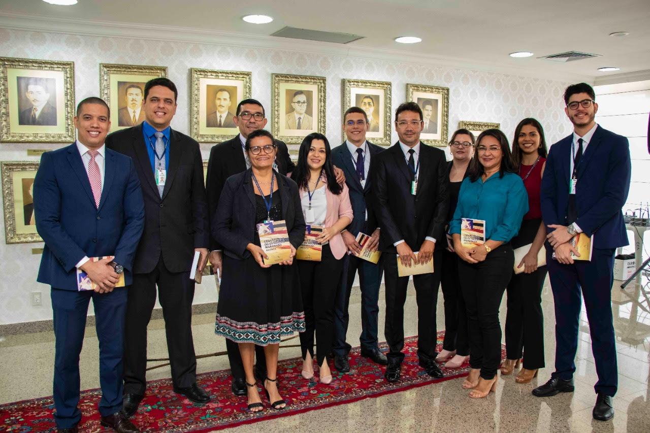 Equipes da Consultoria e Procuradoria da Assembleia com a Constituição Anotada