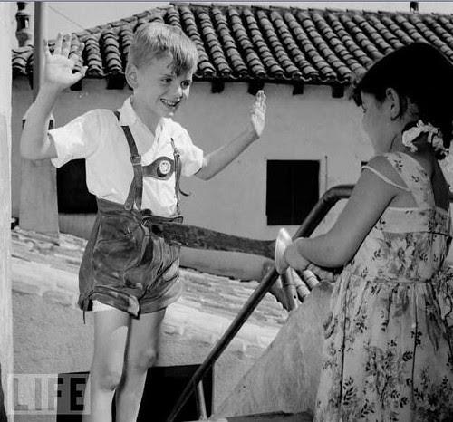 Niños jugando con espadas en Toledo. Foto Evans, 1955. Revista Life
