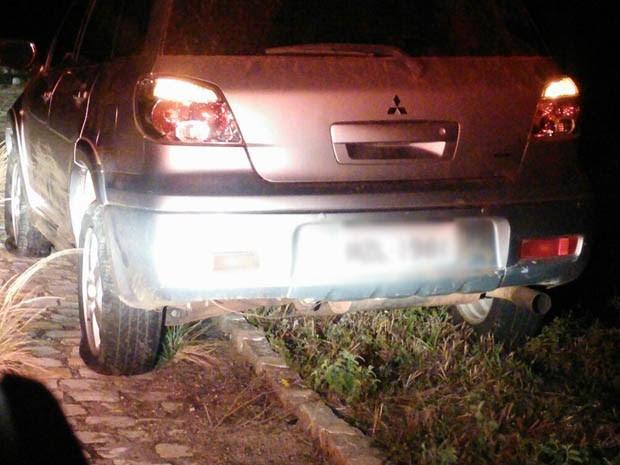Este carro ficou com os dois pneus furados (Foto: Divulgação/PRF)