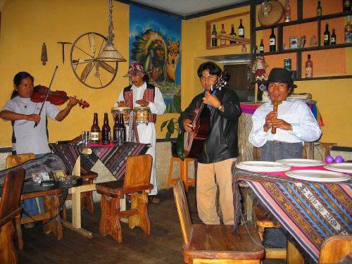 Lugares turísticos del Ecuador: Música andina en Otavalo.